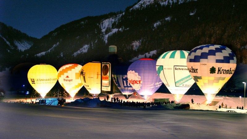 Podívaná na osvětlené balony v údolí Tannheimertal, © Tourismusverband Tannheimer Tal