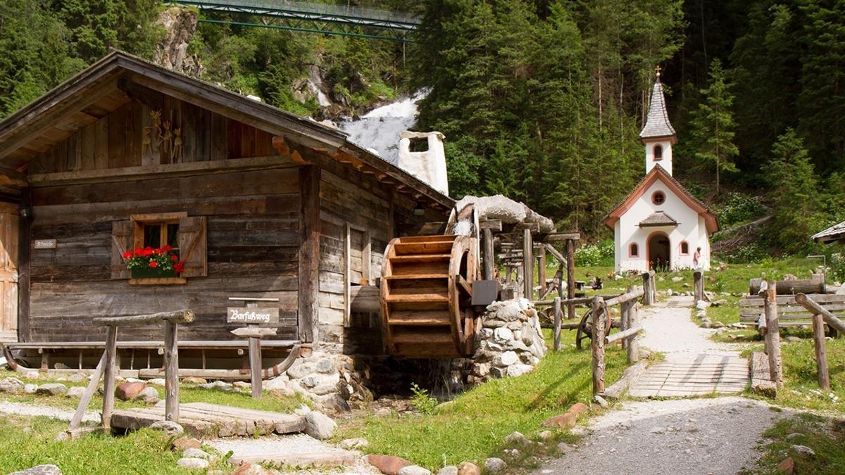 Eindrücke von der bäuerlichen Handwerkskunst früherer Zeiten vermittelt das Mühlendorf in  Gschnitz. Eine Schmiede, eine von Wasserkraft angetriebene Getreidemühle sowie Werkstätten und Öfen wurden nachgebaut – für eine Reise in die Vergangenheit., © Cornelia Lackner