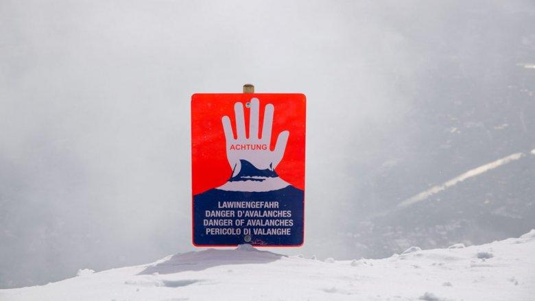 Tato tabule upozorňuje lyžaře a snowboardisty na konec značené sjezdovky. , © Tirol Werbung/Bert Heinzlmeier